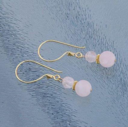 Gouden oorbellen met roze kwarts